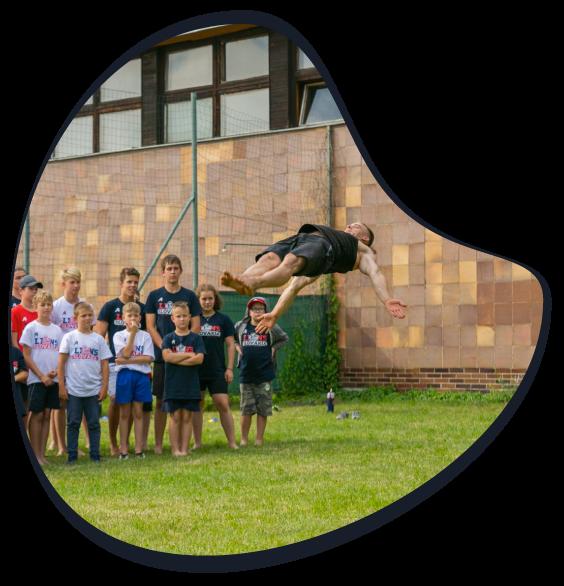 Letný tábor limitless - Michal letí vo vzduchu
